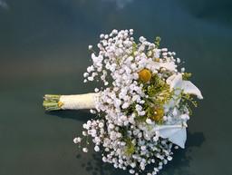 Νυφική ανθοδέσμη γάμου με γυψόφυλλο και κάλλες