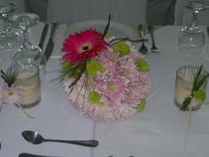 Διακόσμηση τραπεζιού γάμου με άνθινες μπάλες