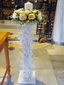 Λαμπάδα γάμου σε ξύλινη βάση με λευκά τριαντάφυλλα