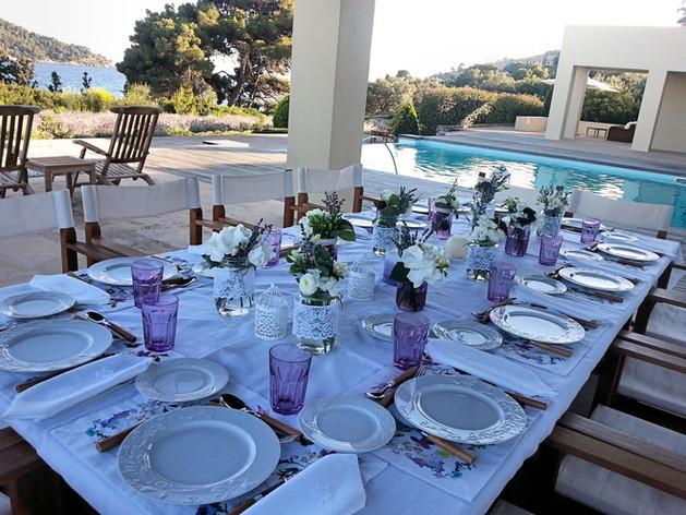Τραπέζι γάμου με βαζάκια από λεβάντα και λευκά άνθη