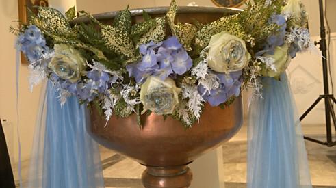 Κολυμπήθρα με μπλέ ορτανσίες και λευκά τριαντάφυλλα