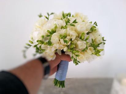 Νυφικό μπουκέτο με λευκές φρέζιες