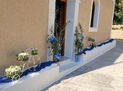 Διακόσμηση ναού με λευκά και μπλέ άνθη