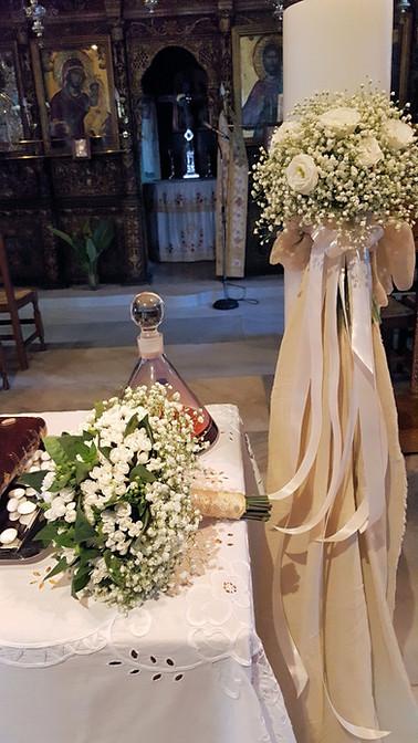 Λαμπάδα γάμου με μπουκέτο απο λευκά τριαντάφυλλα