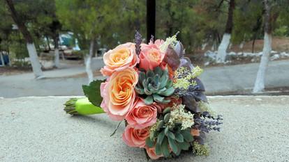 Νυφικό μπουκέτο με τριαντάφυλλα και παχύφυτα