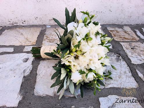 Νυφική ανθοδέσμη με λευκά άνθη και ελιά