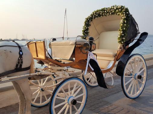 Άμαξα γάμου με γιρλάντα από άνθη