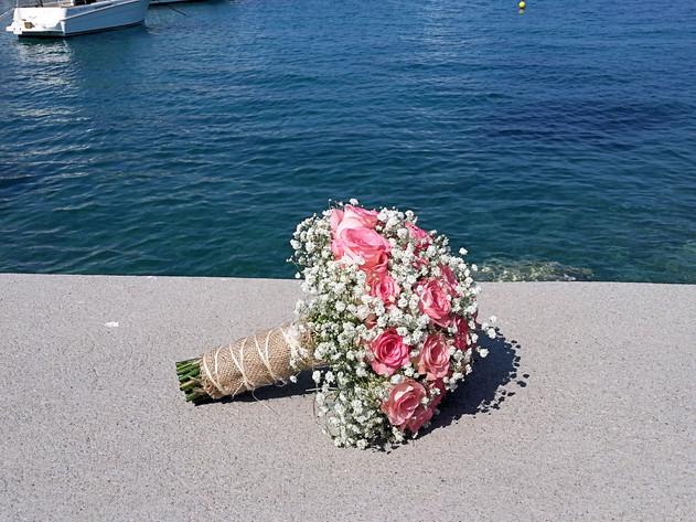 Νυφικό μπουκέτο με ροζ τριαντάφυλλα και γυψόφυλλο