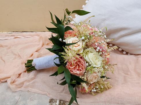 Νυφικό μπουκέτο γάμου με τριαντάφυλλα βουβουζέλα