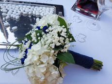 Νυφική ανθοδέσμη γάμου με ορτανσίες και μπλέ τριαντάφυλλα