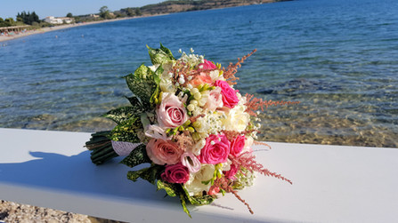 Νυφική ανθοδέσμη γάμου σε λευκό, φούξια και ροζ