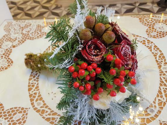 Νυφική ανθοδέσμη γάμου με τριαντάφυλλα και υπέρικουμ