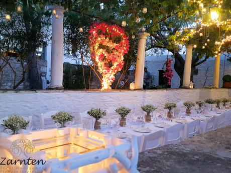Τραπέζι γάμου με βαζάκια από λινάτσα, χαμομήλι και ελιά