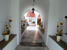 Διακόσμηση στα πεζούλια του Αγίου Νικολάου με Ηλίανθους