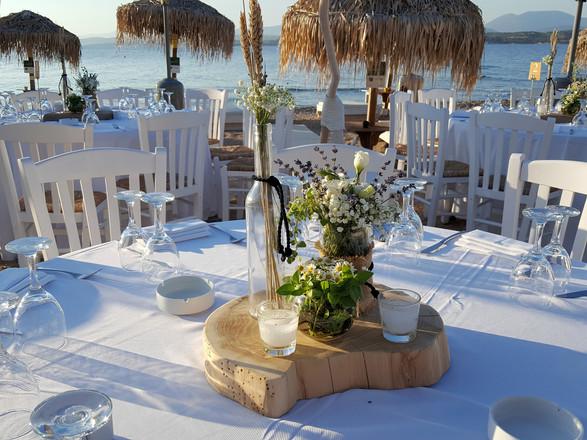 Διακόσμηση γάμου με βαζάκια πάνω σε ξύλο