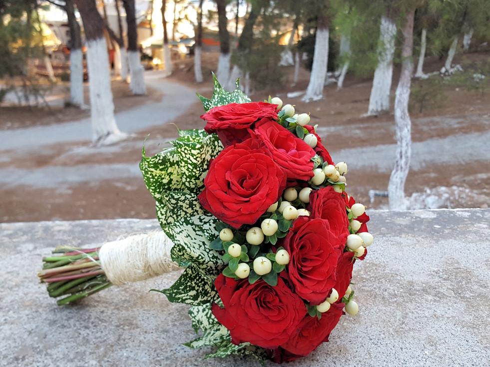 Νυφικό μπουκέτο γάμου με κόκκινα τριαντάφυλλα