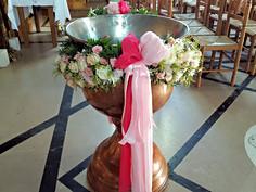Διακόσμηση κολυμπύθρας με λευκά και ροζ άνθη