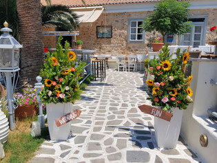 Διακόσμηση εισόδου δεξίωσης στο Mouragio restaurant Spetses