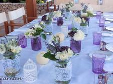 Διακόσμηση τραπεζιού γάμου με βαζάκια και λεβάντα