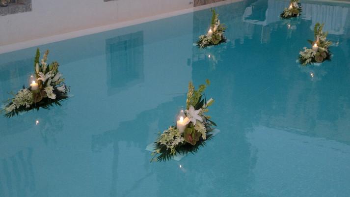 Διακόσμηση πισίνας με άνθινες βαρκούλες