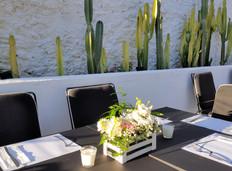 Διακόσμηση τραπεζιού με ξύλινο καφάσι απο λευκά και ροζ άνθη