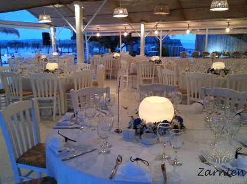 Τραπέζι γάμου με λευκά κεριά
