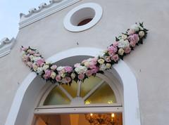 Άνθινη γιρλάντα γάμου στον Άγιο Μάμα Σπετσών
