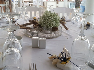 Διακόσμηση γάμου με ξύλα, βοτσαλα και γυψόφυλλο