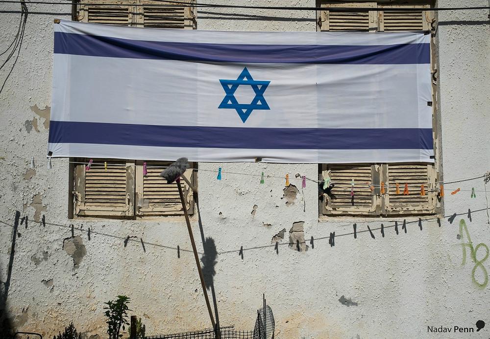 דגל ישראל על בניין בדרום תל אביב