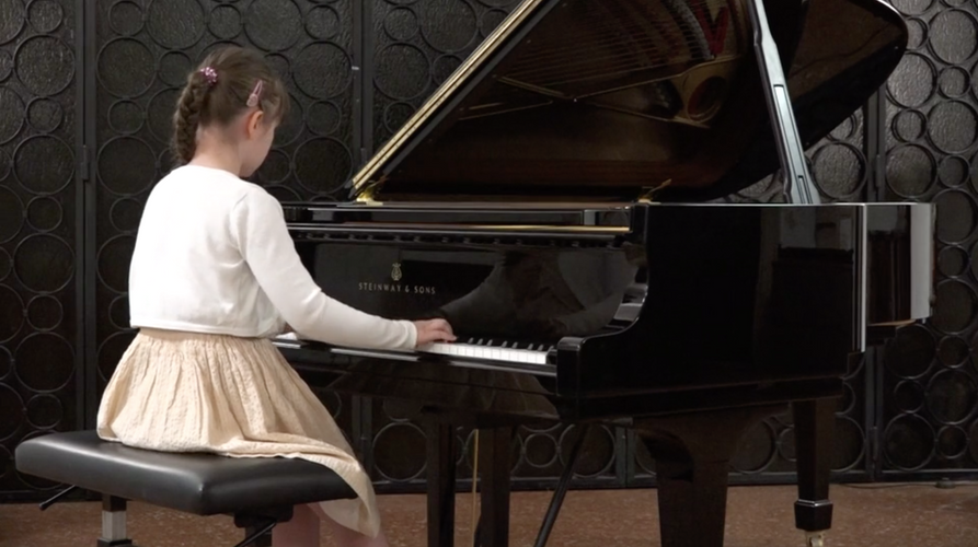 Kruglova am Klavier.png