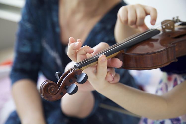 shutterstock_Violine-Unterricht klein.jp