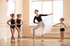 shutterstock-Ballett_Älteren_mit_Lehrer