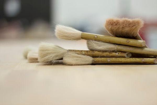 Les pinceaux préparés des Peintres. Fondation Trajets-peintres-