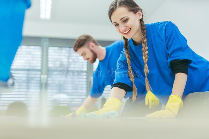 équipe-de-nettoyage-des-bureaux-d-essuy