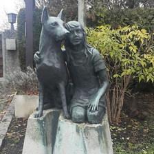 Girişten bir heykel... Barınakta sanat...  Bizim barınaklarda heykel var mıydı böyle? — Tierschutzverein München