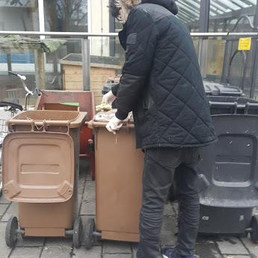Gönüllü çöp kutularını yıkıyordu... Biz beslemelerde hayvanlara tavuklu, makarnalı yemek yapıyoruz. Üstümüz başımız yağ olmasın diye astronot gibi giyiniyoruz... Bize de gönüllü olur muydu acaba? — Tierschutzverein München