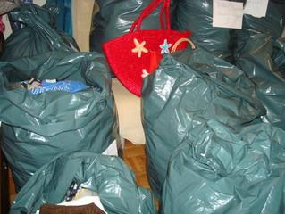 Dons d'habits, de chaussures et d'imperméables pour les enfants d'Agbanakin