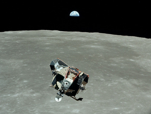 Apollo 11 descends to landing site
