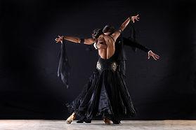 Les danseurs latinos dans la salle de ba