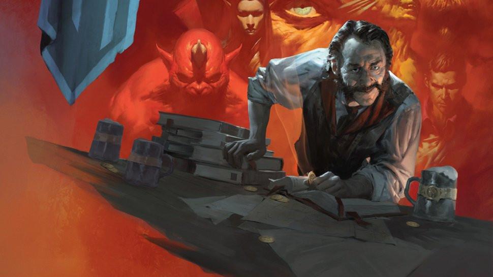 Um homem apoiado e levemente inclinado para frente, com uma moeda em uma das mãos, em uma mesa com livros, papéis e canecas. Atrás dele, um cenário avermelhado com imagens de diversas criaturas.