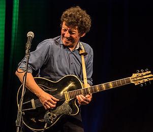 Tom Höhne von Señor Blues mit seiner legendären Isana-Gitarre