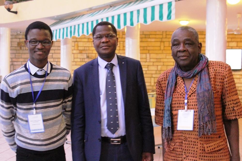Toussaint Tiendrébéogo (au centre), Rafael Lucas, Maître de Conférences en Littérature et Civilisations, Université Bordeaux Montaigne (à dr.) et le CEO d'Otherside Africa (à g.)