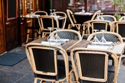 10720032-street-view-d-39-une-terrasse-de-cafe-avec-tables-et-chaises-paris-fran