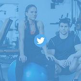 Une femme et un homme dans une salle de sport avec un logo twitter