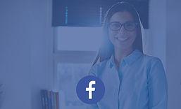 Femme sur un bureau avec logo facebook