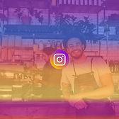 CHef d'entreprise dans sa cuisine avec un logo instagram