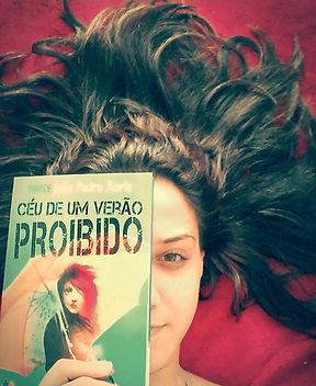 Izabel com o livro.jpg