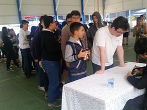 Roriz vai a diversas escolas de Goiânia para palestras e autógrafos, em dia raro, marcado pelo frio.
