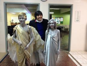 Colégio Teutônia faz festa em razão da visita do autor de Eros e Psique com performance dos alunos.