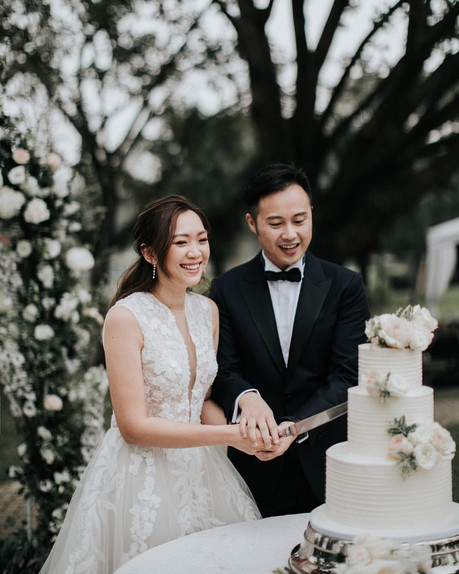 The couple were cutting their wedding cake prepared by Vive Cake Boutique at the Members' Garden of the Beas River Country Club.